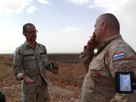 Χαρτογιακάς εκπαιδεύει βετεράνο, στο όριο της Νεκρής Ζώνης, λίγες μέρες πριν και λίγα χιλιόμετρα μακριά από μια έκρηξη νάρκης